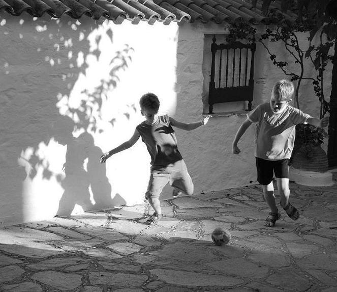 Αποτέλεσμα εικόνας για μικρα παιδια παιζουν ποδοσφαιρο σε αλανα